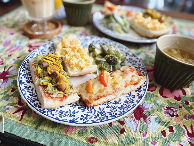 フォカッチャオープンサンド、左からホットドッグ風、ゆで卵、ピザ。
